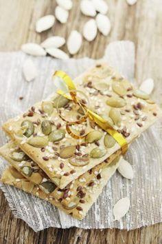 Non ci sono solo le patatine da mangiare all'aperitivo, ci sono anche i crackers. Questi sono fatti in casa e sono di una semplicità unica. Non vi serve la farina per farli, ma solo una scatola di ceci sgocciolati, un albume; delle spezie (secondo il vostro gusto), un pizzico di sale e 30 gr di mandorle. Frullate tutto insieme per ottenere una pasta. Stendete la vostra pasta di ceci e spolverizzatela co semi di sesamo e di papavero. Per finire, infornate per 20-30 minuti a 180°