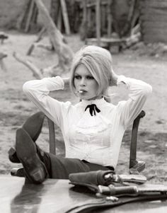 """i love a bad girl with a gun. Brigitte Bardot in 1968 smoking a cigarette on the set of """"Shalako"""" in Almeria, Spain. vintage/rare photo of Brigitte Bardot on set, in costume, in between takes. vintage Hollywood behind the scenes photos Brigitte Bardot, Bridget Bardot Hair, Viejo Hollywood, Old Hollywood, Hollywood Vanity, Alexa Chung, New Wave, Jane Birkin, French Actress"""