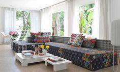 Designers que trabalham muito com estampas sempre dão certo no décor. Um exemplo é a estilista Adriana Barra, que tem uma linha de objetos supercoloridos. O sofá e a poltrona da foto são da da loja Micasa
