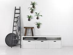 Een tv meubel met veel opbergruimte. De boxen zijn voorzien van wielen en hebben extra veel opbergruimte. Dit meubel is helemaal naar wens te maken. Het model op de foto is voorzien van een dekkende witte lak. Standaard behandeling is onbehandeld • JIP | FØRN