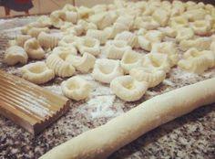 Por @LaGuerrillaFood  Hay mil recetas de ñoquis y ésta es la mía. Les guste o no la cantidad de harina que pongo es relativa a la humedad de la ricota y el tamaño del huevo. Con esa proporción van a andar bien pero siempre tengan harina adicional.   Ingredientes ------------------ 500gr de Ricota 1 huevo grande 30gr Almidón Gnocchi Recipes, Pasta Recipes, Low Carb Recipes, Cooking Recipes, Argentine Recipes, Argentina Food, Pasta Casera, Heritage Recipe, Pasta Noodles