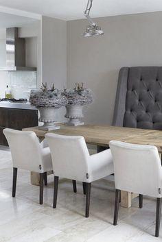 Eettafel en stoelen