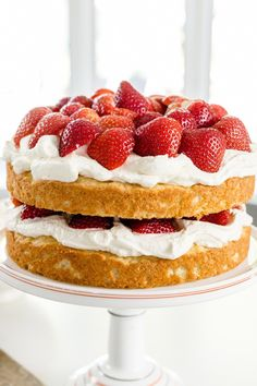 This two-layer naked strawberry shortcake cake is a sweet seasonal treat. With a spongey cake, whipped cream and strawberries, you'll love this one! Strawberry Shortcake Recipes, Strawberry Desserts, Brunch, Naked Cake, Zucchini Cake, Apple Smoothies, Salty Cake, Savoury Cake, Mini Cakes
