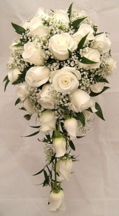 resource_show.php × - Gute Ideen Beautiful example of a cascade bouquet. I love this shape for my bridal bouquet Mom likes this but with alittle more green! The wedding cake is the center of your wedding's decor. Cascading Wedding Bouquets, Rose Bridal Bouquet, Wedding Flower Arrangements, Bride Bouquets, Bridal Flowers, Floral Bouquets, Cascade Bouquet, White Roses Bouquet Wedding, White Tulip Bouquet