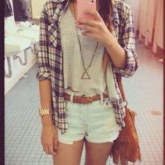 camisole, chemise, short, sac à main et accessoire