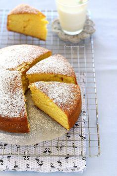 """La hot milk sponge cake come dice il nome è una torta al latte caldo, un dolce che definirei quasi """"magico"""", si prepara con ingredienti che tutti abbiamo in dispensa e diventa soffice come una nuvoletta grazie al latte caldo che si versa nella massa montata a base di uova. E' perfetta per la colazi"""