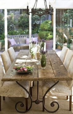 luv the iron legs of this rustic table: Vicky's Home: Una casa de estilo provenzal / Provence Style House French Decor, French Country Decorating, Outdoor Dining, Outdoor Tables, Patio Dining, Patio Tables, Porch Table, Outdoor Seating, Outdoor Rooms