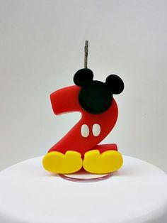 Vela personalizada Mickey  Com pavio mágico e base acrílica    Podem ser feitas também, outras peças e outros personagens para compor o tema. Consulte orçamento.    Importante: ANTES DE EFETUAR A COMPRA POR FAVOR ENTRAR EM CONTATO INFORMANDO A DATA DA FESTA E CEP PARA VERIFICAR A DISPONIBILIDADE ...