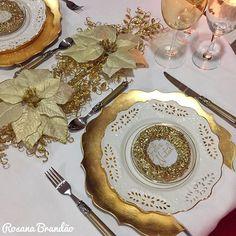 """Detalhes de pertinho! Essas guirlandas são enfeites de árvore de natal pra colocar foto, mas já comprei pensando em usá-las na mesa da ceia. Imprimi o """"feliz natal"""" e coloquei no lugar da foto! #mesasdobrasil #feliznatal  #nataldajupalloseamigas_dia25  #mesahits #tablesetting  #meseirasdesaoluis #tabledecor #mesaposta #meseirasrj #meseirasdobrasil_natalreal #rosanabrandao #blessings #riodejaneiro #mesaencantadora #blogvidadecasada #recebercomcharme #meseirasassumidas #mesalinda…"""