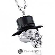 Et tøft smykke av en hodeskalle med stor svart flosshatt.Materiale: 316 stål. Kjede: Lengde:50cm (+5cm justebart) Tykkelse:4mm.  Anheng størrelse: 50 mm. #zendesign #smykke #hodeskalle #dødningshode #skull #kjede #anheng