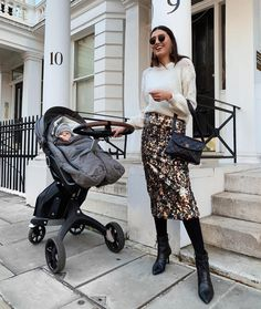 Our matches your iconic style at strolls through the urban jungle and its swivel wheel function provides effortless one hand maneuvering - even around the tightest city corners. Double Strollers, Baby Strollers, Hospital Bag For Mom To Be, Bugaboo Donkey, Single Stroller, Maternity Pictures, Pregnancy Pictures, Travel Stroller, London Look