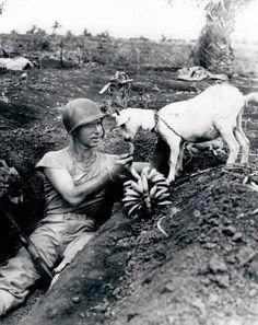 Soldaat deelt een banaan met een geit tijdens de strijd om Saipan (W.O. II), ca. 1944.