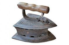 """Le fer à repasser ancien est à chauffage interne, utilisé en Europe depuis le XVIè sièce, et parfois encore aujourd'hui en Inde. Celui-ci de grande taille, porte les mentions """"TESTED et SPUCINI 10 - BNS"""". A l'intérieur, on trouve encore le support du charbon, qui pemet de ne pas chauffer trop fort le bas du fer pour ne pas abîmer le linge. Origine : Inde. Dim. : H18 x L16 x P21 Découvrez tous nos modèles sur www.narreo.fr"""