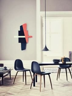 As minimalistas cadeiras GUBI fizeram conjunto com a luminária Semi, da mesma marca, para compor esta sala de jantar.