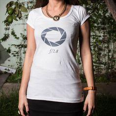 APERTURE  Remera en celeste o blanco en algodón peinado 24/1 de alta calidad.  Ilustración: Que Remerita.