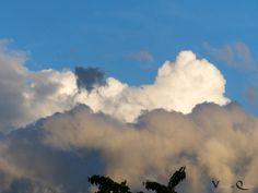 Wolken am strahlendblauen Himmel