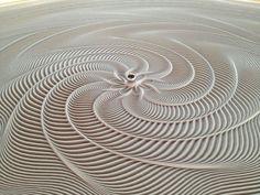 Hoe een knikker de meest perfecte patronen in het zand maakt - 25 jaar geleden zegde Bruce Shapiro zijn medische opleiding vaarwelom zijn geluk in de kunsten te beproeven. Hij maakte een machine die op basis van een computerprogramma magneten over een oppervlak liet bewegen, destijds een …