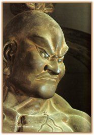 Nio – i Guardiani del Tempio | Tanto tanto keiko.Naraen Kongō è detto Ungyō (anche lui per il suono emesso a bocca chiusa) è rappresentato a mani nude o armato di spada ed simbolo della forza latente che dimostra attraverso la sua mano vuota e la bocca chiusa, a significare che anche non si vede il colpo e non si sente la voce lui sta già agendo per fermare i malvagi ed è talmente forte e pronto ad agire senza timori che non ha bisogno di armi o violenza evidente.