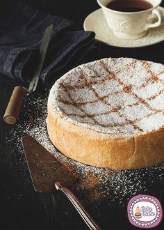 Non una crostata normale, ma una che al suo interno racchiude tutta la bontà della cassata originale siciliana. La golosa ricetta della Cassata infornata p