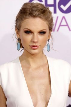 Taylor Swift at the People's Choice Awards! Her hair & makeup is divine! Taylor Swift Height, Taylor Swift Make-up, Taylor Swift Pictures, Celebrity Makeup Looks, Nicole Scherzinger, Nude Lip, Bridal Makeup, Her Hair, Blonde Hair