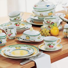 Love Villeroy and Boch - French Garden! - My creative garden decor list Modern Fruit Bowl, Tabletop, Cosy Kitchen, Rustic Country Kitchens, Casual Dinnerware, Dinnerware Sets, Breakfast Plate, Porcelain Dinnerware, China Plates