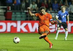 Robin van Persie slots home a last minute penalty for Holland to make the score 2-2