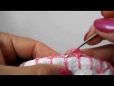 Os materiais são: Linha de crochê brilhante Agulha 1.50 1 pano de prato