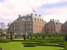 El Palacio Het Loo, en las cercanías de la ciudad de Apeldoorn, fue construido en el año 1684 por Guillermo III. Durante más de trescientos años, funcionó como la residencia de verano de la Casa de Orange-Nassau, y hoy sus puertas están abiertas al público y a todo aquel que visitar en su interior un museo que conserva el inconfundible sello de la nobleza. La exquisita arquitectura barroca del Palacio Het Loo y su importante herencia histórica son lo que hacen de él una joya de la cultura…