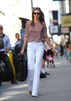 Miranda Kerr hit the pavement in the Big Apple yesterday in white pants and a printed top. She was solo to run errands, but is in the Big Apple with her Miranda Kerr, White Pants, The Struts, Hottest Photos, Work Wear, Preppy, Fashion Outfits, Fashion Clothes, Autumn Fashion