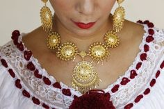 """A woman wears golden jewelry, part of the traditional clothing known as """"Pollera"""", before the annual Thousand Polleras parade in Las Tablas, in the province of Los Santos January 10, 2015. (Photo by Carlos Jasso/Reuters)"""