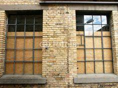 Spanplatten hinter alten Fabrikfenstern eines Lagergebäudes in der Heyne Fabrik in Offenbach am Main