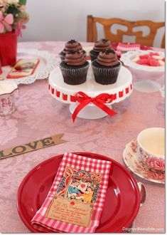 Adorable Valentine's Day tablescape and decor ideas. #Valentinesday #valentines #tablesetting #tabledecor #homedecor #DIY #home #decor #tablescape #diyhomedecor #ideas Vintage Valentines, Valentines Diy, Clever Diy, Easy Diy, Home Decor Items, Diy Home Decor, White Candle Holders, Vintage Milk Bottles, Outdoor Table Settings