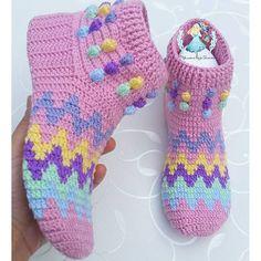 Görüntünün olası içeriği: çizgiler ve ayakkabılar Crochet Boots, Crochet Slippers, Crochet Ripple, Foot Warmers, Crochet Baby Shoes, Baby Knitting, Chic, Crochet Ideas, Crafting
