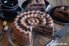 Hei dere! Snart er det helg, og jeg har hentet frem en av mine sjokoladekakefavoritter! Dette er en sånn sjokoladekake som alle liker og som alltid blir vellykket! Jeg er sikker på at du også kommer til å like denne kaken. Trust me! 😉 Scones, Granola, Tiramisu, Nom Nom, Waffles, Food And Drink, Pie, Sweets, Baking