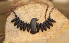 Collar Cuervo Tótem por ArttMagic en Etsy.  Colgante de cuervo hecho a mano con arcilla polimérica. Animales de Poder, Cuervo Espíritu. Amuleto, Talismán.