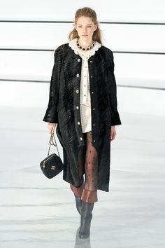 Chanel Fall 2020 Ready-to-Wear Fashion Show - Vogue Fashion Week, Fashion Photo, Paris Fashion, Runway Fashion, Daily Fashion, Street Fashion, Latest Fashion, Collection Couture, Fashion Show Collection