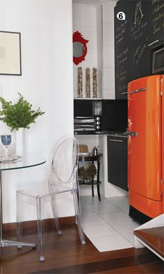 great use of small space -- love chalkboard paint Mini Loft, Sweet Home, Black Chalkboard, Chalkboard Paint, Orange House, Lunch Room, Black Kitchens, Studio Apartment, Interiores Design