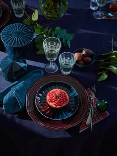 Dekoration Weihnachten – It's time to treat yourself—and your friends—to a holiday colored dinner t… It's time to treat yourself—and your friends—to a holiday colored dinner table and neatly arranged IKEA VINTER 2018 wine glasses. Christmas Table Settings, Christmas Table Decorations, Holiday Tables, Decoration Table, Tree Decorations, Holiday Decor, Ikea Christmas, Christmas Trends, Ikea 2018