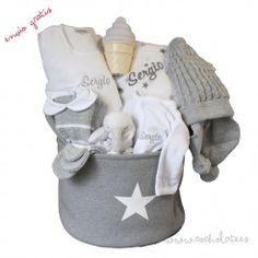 Accesorios personalizados para bebe. Las cestas para bebé llevan todo lo necesario para el pequeño. Newborn Baby Gifts, Gift Shops, Personalized Gifts, Hampers, Accessories