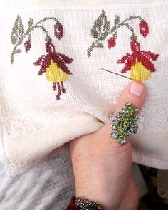 . #nesetertas #neşetertaştürküleri #kanevice #kaneviçe #kaneviçehavlu #kanevicehavlu #etamin #etaminaşkı #kaneviçeaşkına… Sewing Stitches, Cross Stitch Embroidery, Smocking, Diy And Crafts, Tattoos, Crochet, Creative, Cross Stitch Borders, Crochet Pillow