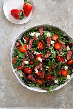 salat med biff, jordbær og chevre Caprese Salad, Salsa, Ethnic Recipes, Salsa Music, Restaurant Salsa, Insalata Caprese
