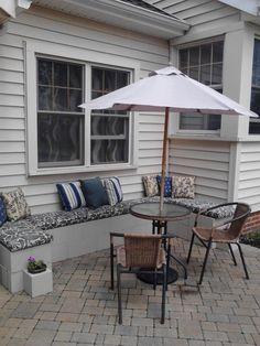 canapé DIY en parpaings avec coussins table ronde et parasol