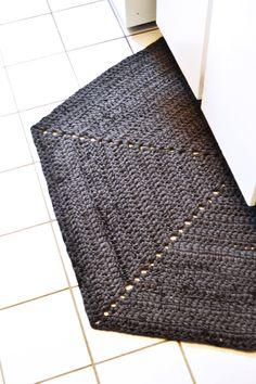 DIY: half hexagon crochet rug