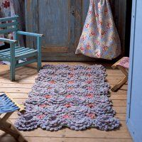 Picture only, you must have a magazine subscription for pattern. But you could improvise, right? Handmade Rugs, Handmade Ideas, Crochet Flowers, Household Items, Beautiful Hands, Crochet Patterns, Crochet Ideas, Area Rugs, Outdoor Blanket
