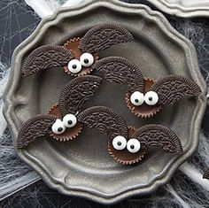 Impress your halloween party guests with these halloween food ideas! There are creepy halloween foods for adults and cute treats for kids. These halloween food ideas include creepy cookies, spooktacular snacks, frigh Halloween Desserts, Halloween Cupcakes, Halloween Food For Adults, Buffet Halloween, Hallowen Food, Halloween Torte, Postres Halloween, Creepy Halloween Food, Halloween Party Snacks