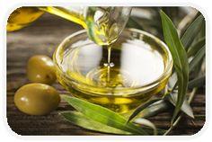DIY Haarkur mit Olivenöl Hier ein Rezept, mit dem du ganz einfach selbst eine Olivenöl-Haarkur herstellen kannst: 1 Eigelb 5 Tropfen doTERRA ätherisches Öl Lemon (Zitrone) oder Rosmarin 1 Esslöffel Olivenöl 3 Esslöffel Bier In die Haarlängen vorsichtig einmassieren, einwirken lassen und anschließend mit Shampoo waschen und gut ausspülen. Kann auch über Nacht einwirken.