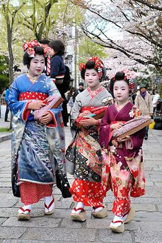 Three little maiko henshin out for a walk.