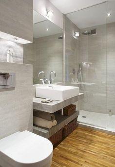 aménagement salle de bain avec un parquet flottant et douche à l'italienne