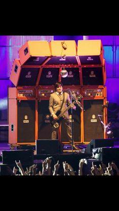 Rodrigo Gonzalez of Die Artze has the coolest bass rig. Diy Guitar Pedal, Guitar Rig, Guitar Pedals, Orange Amplifiers, Guitar Cabinet, Speaker Box Design, Recording Studio Design, Bass Amps, Pedalboard