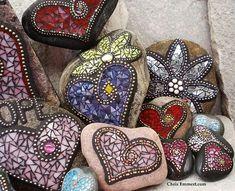 Garden Stones Mosaic Garden Stones Love the mirrored one!Mosaic Garden Stones Love the mirrored one! Mosaic Rocks, Mosaic Stepping Stones, Pebble Mosaic, Pebble Art, Mosaic Glass, Glass Art, Stained Glass, Mosaic Garden Art, Mosaic Art